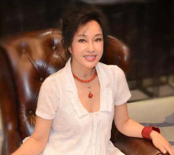60歲劉曉慶曬性感照 稱同鮑春來共赴悉尼(組圖)
