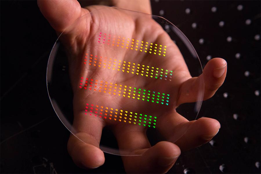 中国的科研人员发现细菌的细胞在石墨烯的纸上无法生长,而人类细胞则不会受损。利用这一点可以利用它来做绷带、食品包装甚至抗菌T恤衫。