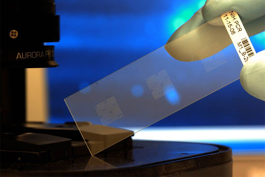 """作为目前发现的最薄、最坚硬、导电导热性能最强的一种新型纳米材料,石墨烯被称为""""黑金"""",是""""新材料之王"""",科学家甚至预言石墨烯将""""彻底改变21世纪""""。"""