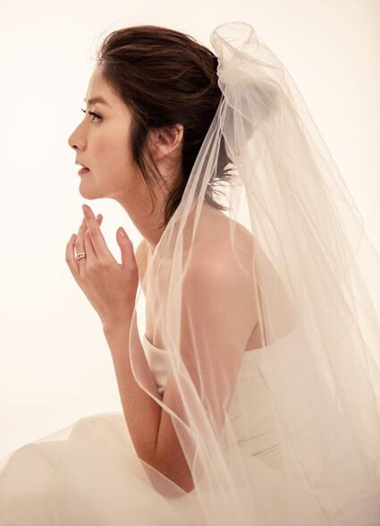 """品牌特意为陈慧琳塑造多个不同""""幸福女人""""的形象,她更特别以清爽短发图片"""