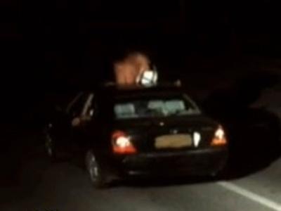 惊呆!安徽一超速行驶车顶现半裸男女激吻