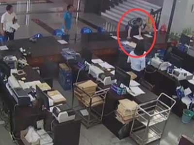 监拍男子疯狂打砸法院 女书记员被砸伤