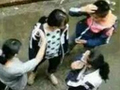 陕西十几名女生围殴女同学 威胁劝架男生