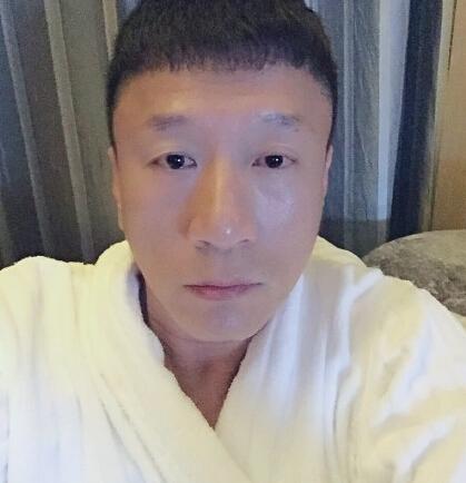 孙红雷睡前晒自拍疑磨皮过度 网友:抬头纹呢?(图)