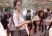 王菲携女儿李嫣现身机场