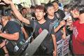 现场:台湾学生反课纲失控 焚烧冥纸抗议