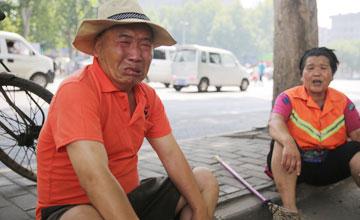 """""""73岁老人被开除:""""今天扫完明天别来了"""""""""""