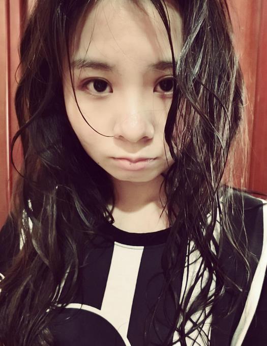 中国艺体美女淋雨嘟嘴卖萌显可爱