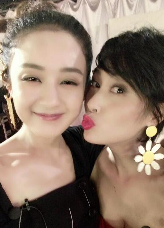 朱茵卖萌亲吻1赵丽颖两人姐妹似感情表情包吻动态亲热(图)图片