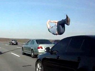 离奇!男子被撞飞空翻两圈 警察却找不到被撞者