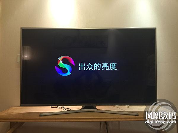"""屏幕边框正下方是""""Samsung""""logo 在屏幕边框正下方是""""Samsung""""logo,采用金属蚀刻的设计,提升了整体质感。背部采用无痕背板设计,采用工程塑料材质,使电视从各个角度看,都具有时尚的边缘过渡设计。其次,背部仅有唯一按键就是电源开关键,支持四维操作选择。"""