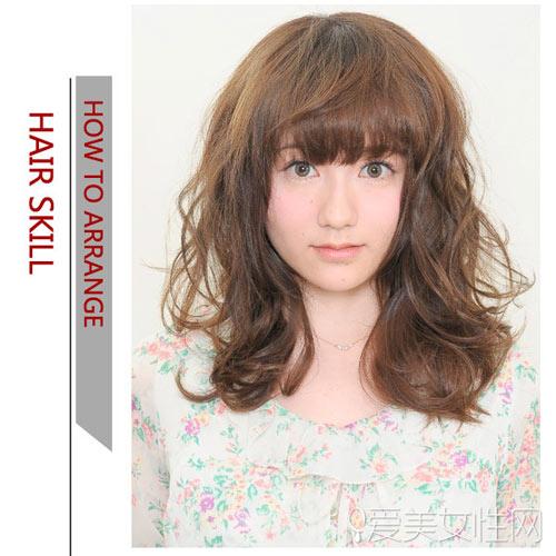 美容  背面效果:脑后的发辫用蝴蝶结发夹固定在一起,搭配浪漫的卷发