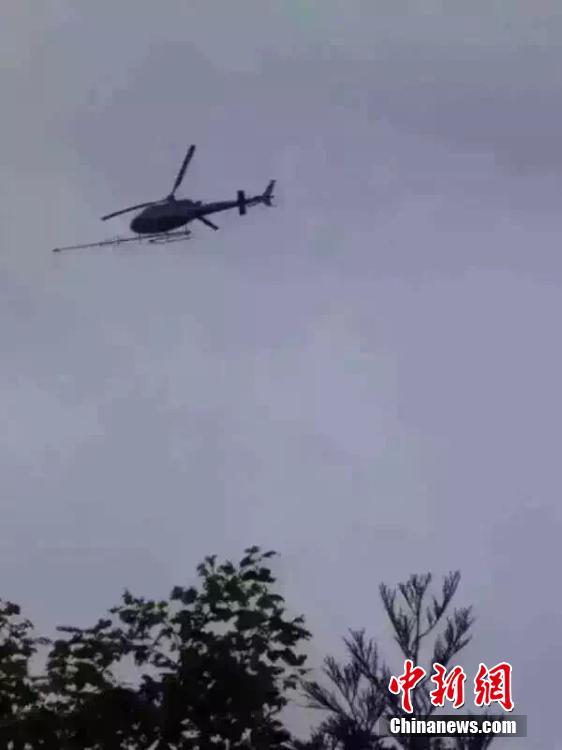 广西三江:一架直升机坠毁两人死亡