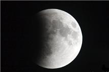 """""""月全食""""和""""超级月亮""""叠加出现"""