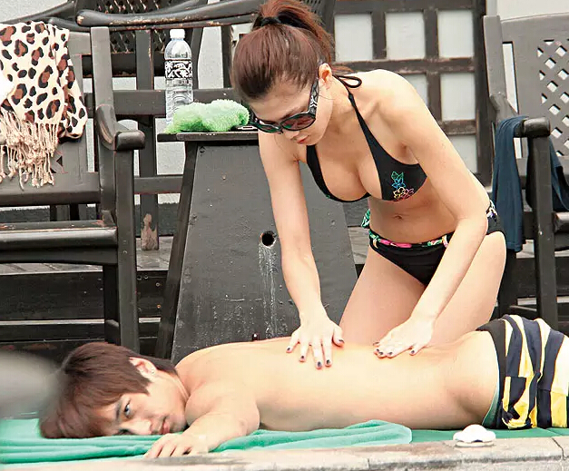 潮男新歡跟周秀娜進試衣間,出來后舔舌頭又抹嘴… 、