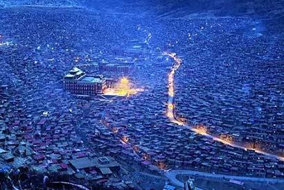 色达喇荣五明佛学院属宁玛派,由晋美彭措法王于1980年创办,在短短数图片