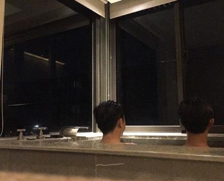 53岁庾澄庆和美食泡父子享背影美食温泉似兄儿子鱼蛋吃图片