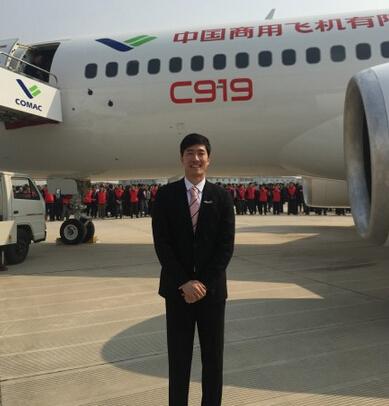 刘翔亮相国产大飞机下线仪式 西装革履与飞机自
