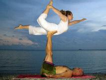 双人瑜伽增进情趣 火速风靡全球