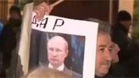 俄民众举普京像抗议 高唱苏联歌曲