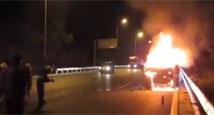 实拍女子横穿高速被撞飞 肇事车紧急刹车瞬间爆燃