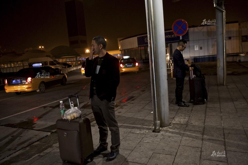 """10月23日,北京的演出结束,肖基国赶往机场。每个月他有一半的时间在各个城市辗转。""""很多记者喜欢问我现在赚钱了有没有想过在哪个大城市买个房子安家,我还真没这个打算,尽管现在经纪公司在广州,我去广州都只是住宾馆。""""肖基国说。"""