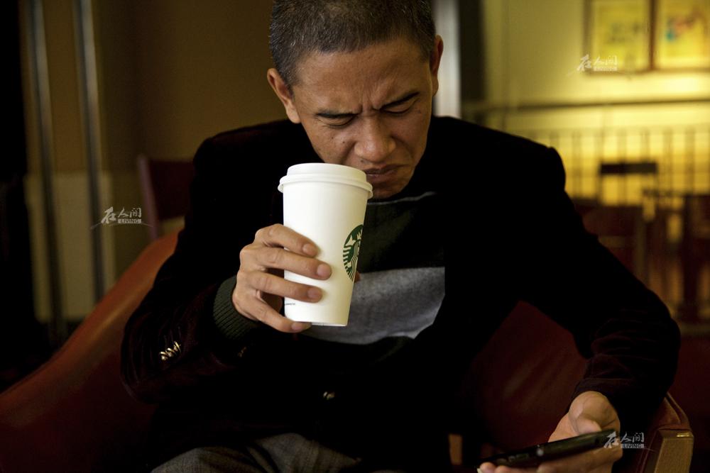 """不会说英文,更听不懂奥巴马嘴上念叨的那些政治术语,肖基国似乎也不太了解奥巴马的生活喜好。""""听说他喜欢喝咖啡,还被媒体拍到过上街买咖啡汉堡,但我实在喝不惯这玩意。""""肖基国说。"""