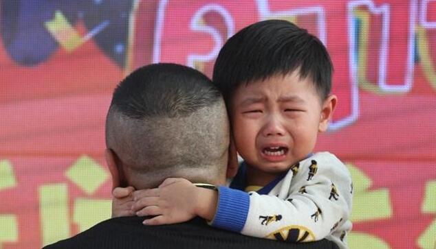 [明星爆料]潘长江带2岁外孙登台 小宝贝被吓得眼泪直流