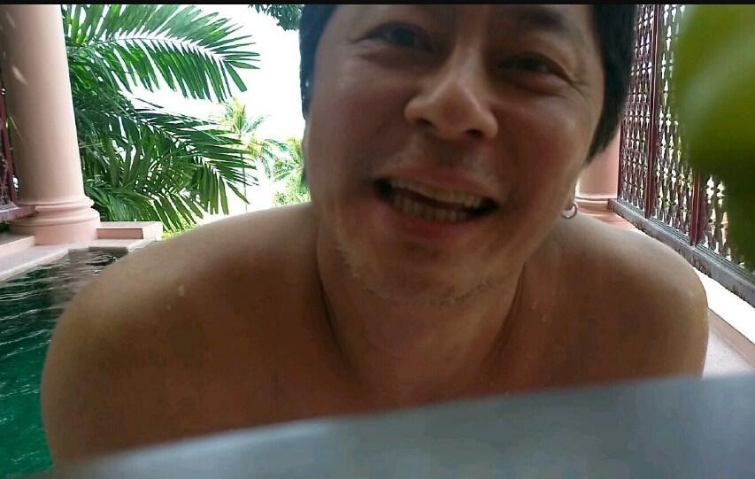 """[明星爆料]被盗号了?53岁王杰晒穿三角裤泳照 自嘲""""牺牲色相""""(图)"""
