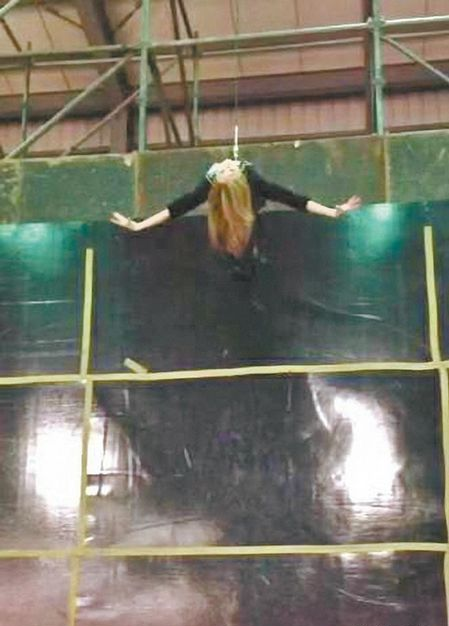 王心凌在4层楼练习高空钢索特技 画面曝光(图)