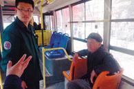 禹州一老人来郑看病钱被偷 公交上一车乘客施援手