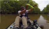 男子划船钓鱼扯出一条大鳄鱼吓哭女儿