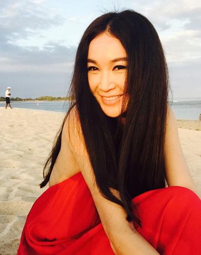 [明星爆料]49岁温碧霞晒沙滩美照 露招牌微笑性感迷人(图)