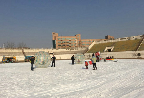 """这就是专为宝贝们搭建的乐园了,在二宫冰雪世界里您将能够看到高大的雪山、热闹的马戏、新奇的5D大电影、神秘的雪地宝藏、极富现代感的企鹅大跳骑马舞等,将冰雪乐园打造成了一个欢乐的""""聚宝盆""""。速滑大雪道、巨大的冰雪城堡、米尼小熊兄弟""""拳击大比拼"""",还有会说""""哏儿啊""""天津话的大鹦鹉,都将引来孩子们的欢乐不断。 挡风遮雨的安全感——水滴冰雪乐园"""