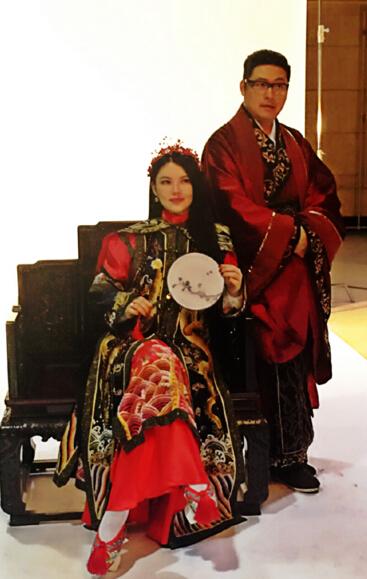 [明星爆料]李湘晒与王岳伦合影秀恩爱 穿红色古装造型喜庆