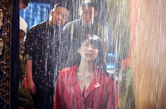 [明星爆料]潘霜霜新戏剧曝淋雨湿身照  带病上阵获赞敬业