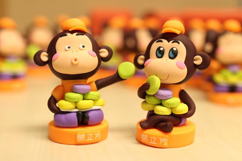 """小猴子软陶工艺品 在制作小猴子之前,谷老师对残疾人团队进行了两个月的培训,其中很多都是聋哑人,""""他们领悟能力特别强,按着步骤交他们一遍,然后再对细节的部分强调一下,基本就能掌握了。""""谷老师说。也许这正是""""上天在给你关上一扇门的同时定会为你打开一扇窗""""的最好诠释。 制作小猴子的材质是聚合性粘土,也称软陶,烧制成型后可保存三十年之久,且不溶于水。小猴子的制作工序虽不繁琐,但对细节处要求却极高。软陶按照需要的形状捏成球形或者长条形,依照头部、身体、四肢的顺序依次"""