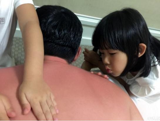[明星爆料]陆毅携女儿澳洲度假被晒伤了 哭求回国速冻(图)
