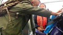 实拍内地幼童地铁哭闹 香港男子猛摇婴儿车骂其母亲