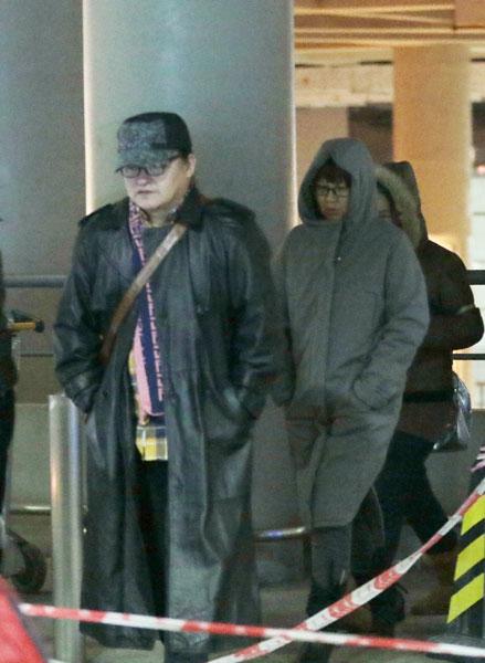 刘欢现身机场 妻子为上镜整理头发图片