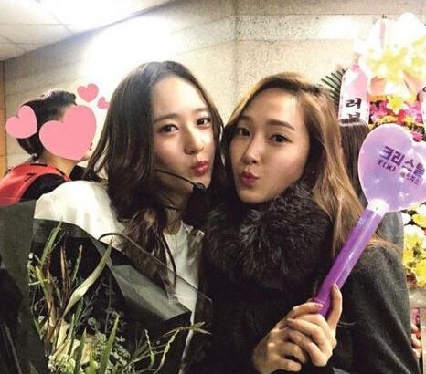 [明星爆料]郑秀晶组合f(x)首开演唱会 与姐姐郑秀妍后台卖萌合影