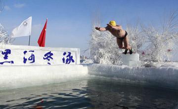 黑龙江大叔大妈零下20度冬泳迎新年