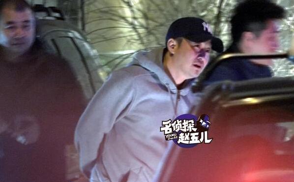 [明星爆料]吴京喝懵脸现高原红 谢楠带儿子逛街偷吃独食