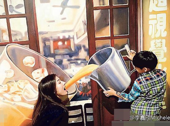 """[明星爆料]李嘉欣儿子拿巨型杯""""喂""""其喝奶茶 画面搞笑温馨(图)"""