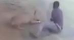 监控:小偷潜入家中 狗狗跳扑上去死咬不放