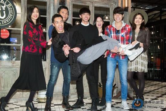 [明星爆料]陈妍希承认带陈晓回家过年 男友被父母称赞