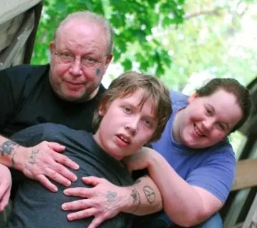 重度自闭症儿子与父亲一吻感动千万网友