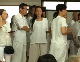 [明星爆料]舒淇刘伟强泰国拜黄龙王 身穿一身白衣排队(图)