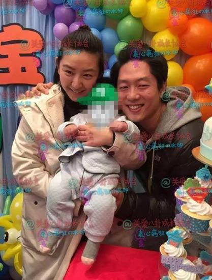 [明星爆料]凌潇肃唐一菲为儿子办百日宴 夫妻甜笑亲吻宝宝