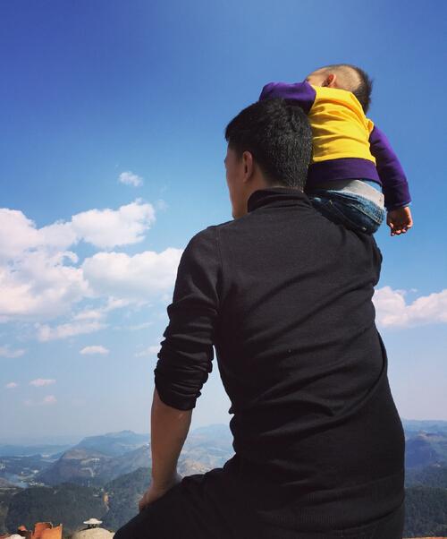 [明星爆料]何洁一家四口爬山看风景 爸爸把儿子扛肩上(图)